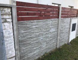 Betonový plot s dřevěnými plotovkami