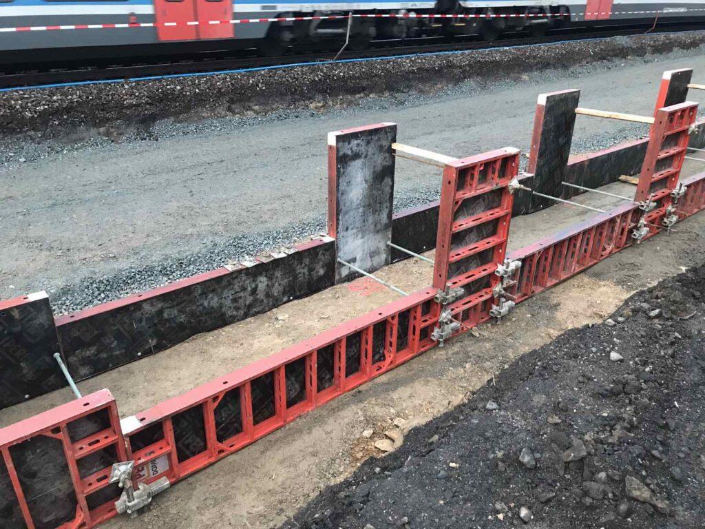 Systémové bednění při betonáži části nástupiště