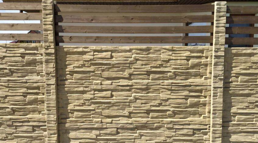 betonový plot pískový