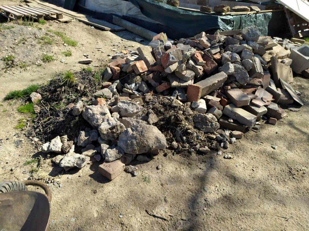 Odpad po demolici kompostéru