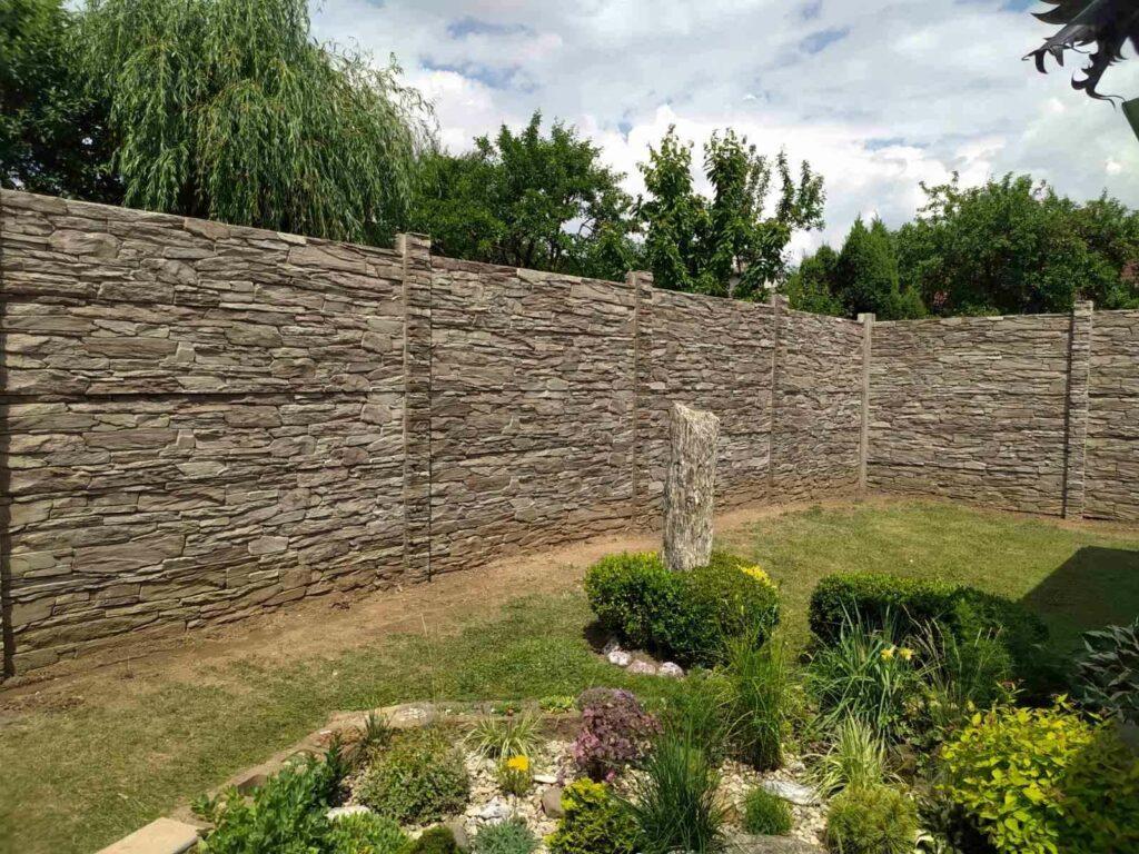 Ozdobný betonový plot s betonovými plotovými dílci a sloupky